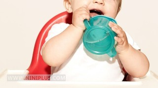 آب دادن به نوزاد نی نی پلاس