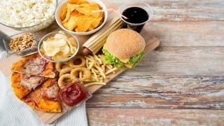 تاثیر منفی تبلیغ مواد غذایی ناسالم بر کودکان نی نی پلاس