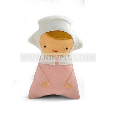 عروسک با کلاه نی نی پلاس