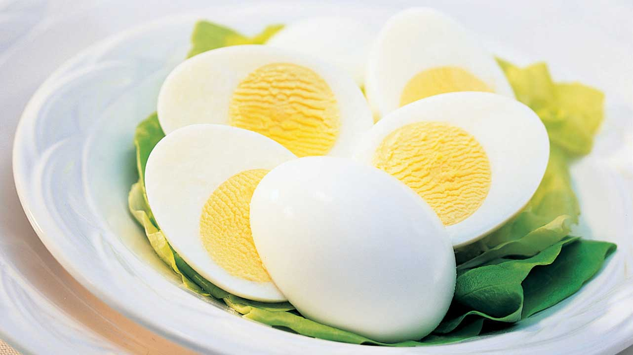 تخم مرغ آب پز با پنیر (ویتامین A ،D،B12، پروتئین، امگا 3،سلنیم)