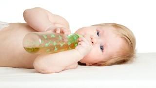 خوراندن آب میوه به کودکان ممنوع است نی نی پلاس