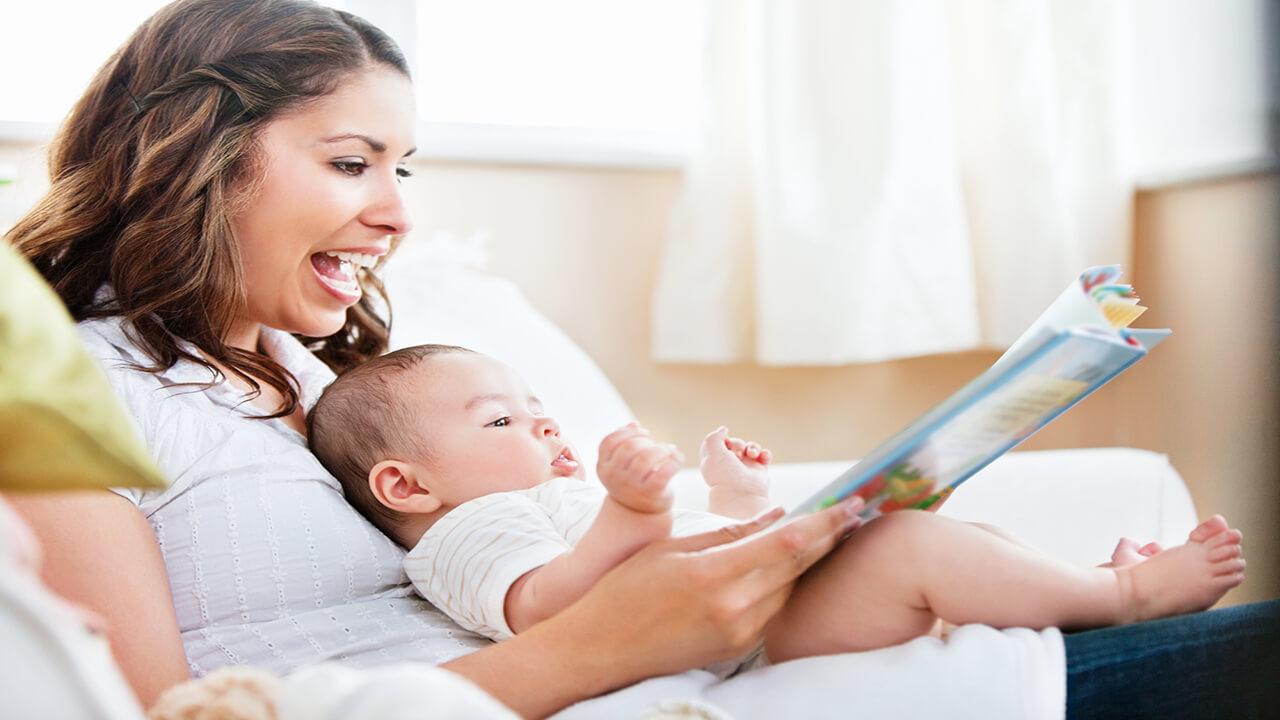 تقویت مهارت زبانی نوزاد با کتاب خوانی والدین!