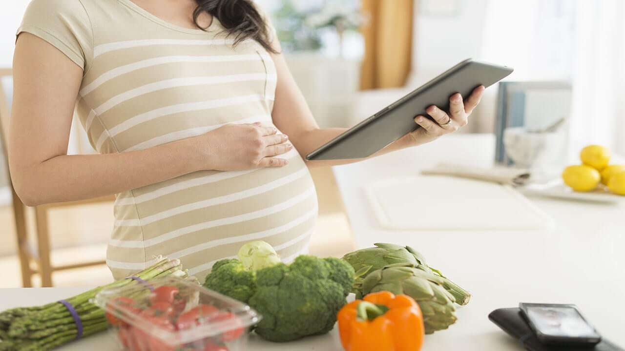 تهدید تندرستی مادر و نوزاد با گیاه خواری | +نی نی