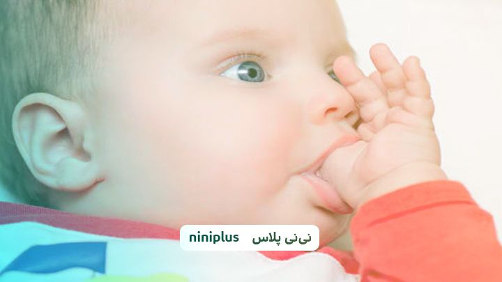 مکیدن انگشت شست در نوزاد، علت و راهکارهای ترک این عادت چیست؟