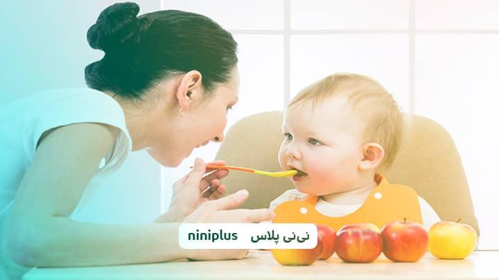 از چند ماهگی به نوزاد سیب بدهیم؟ فواید دادن سیب به نوزاد